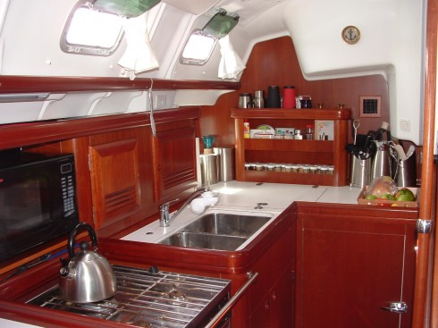 Voilier occasion beneteau oceanis 423 quillard 43 pieds 2 for Cuisine equipee fonctionnelle